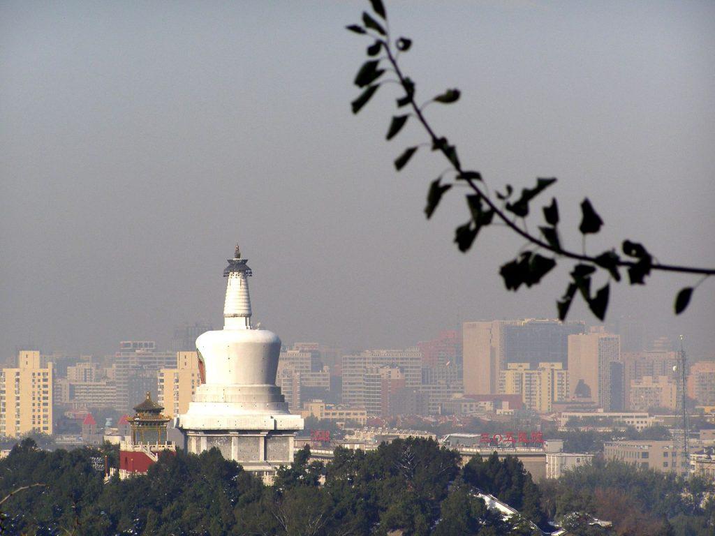 Blick vom Kohlehügel auf die Weiße Pagode im Beihai-Park