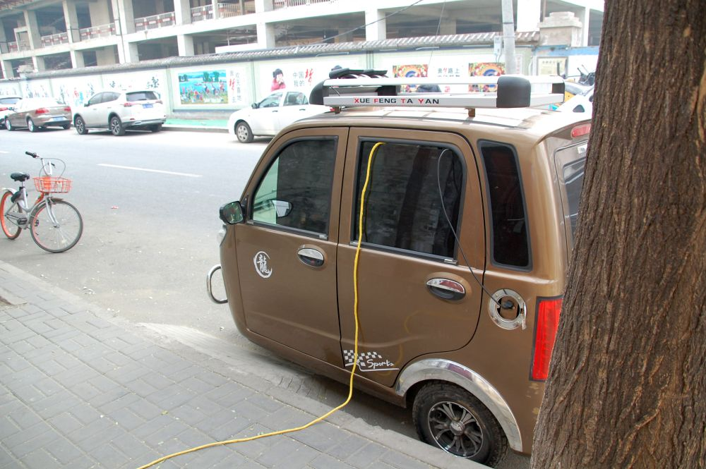 E-Auto am Ladekabel in Peking