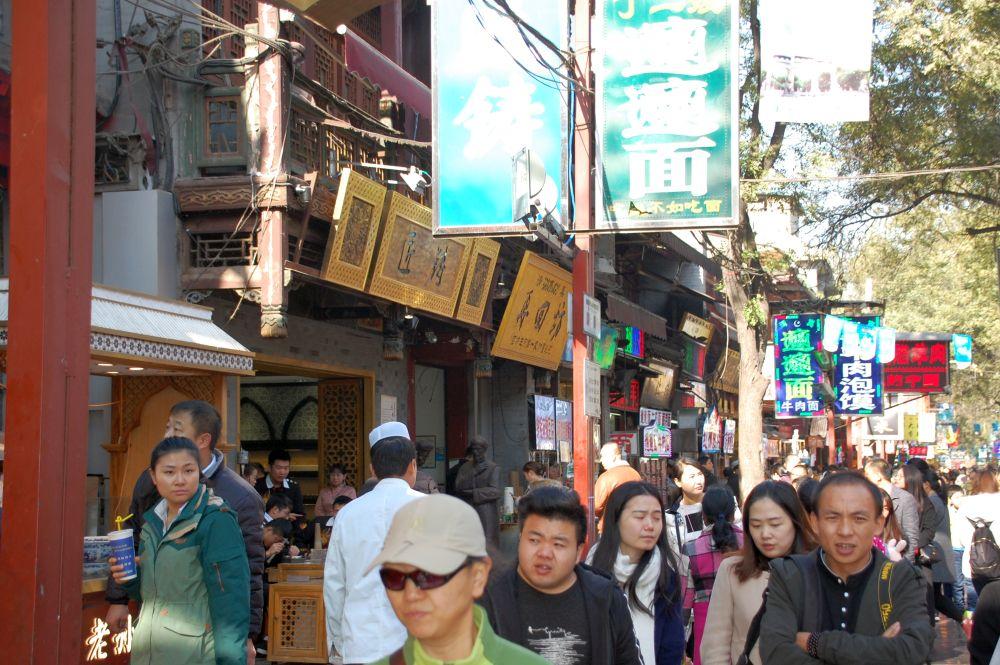 Chinesische Touristen im Muslim-Viertel in Xi'an