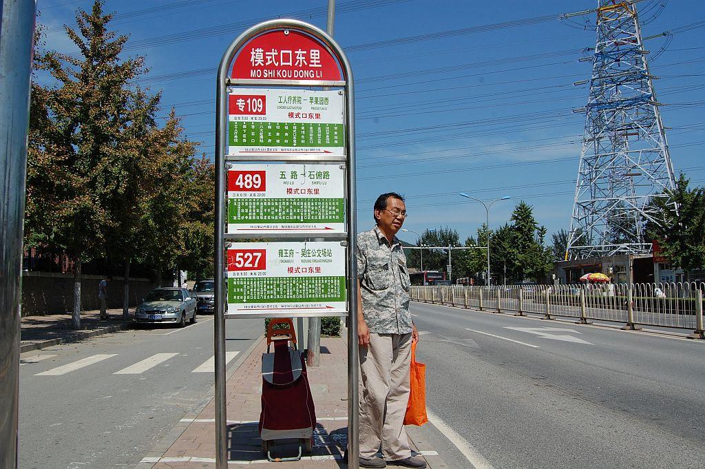 Bushaltestelle in einem Vorort von Peking