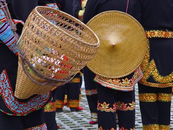 Bambus ist vielseitig verwendbar: hier geflochten als Hut und als Tragekorb
