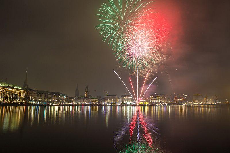 Neujjahr Feuerwerk an der Alster